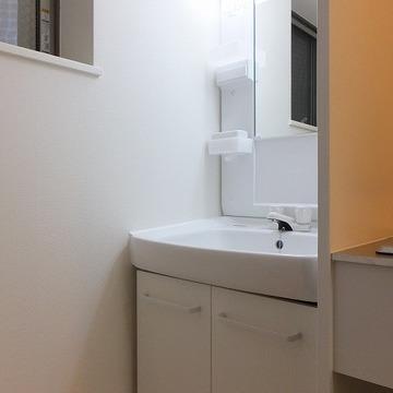 キッチンの左に独立洗面台があります。