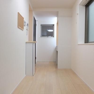 細長いお部屋です。3面採光。