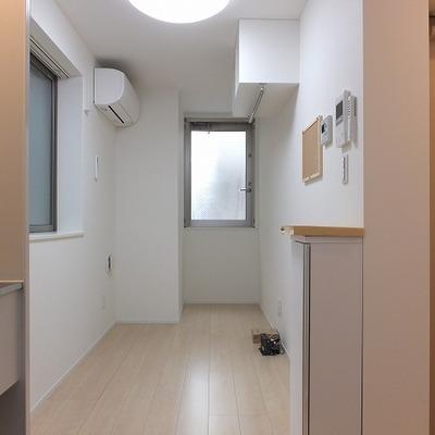 キッチン側から。お部屋は5帖ほど。
