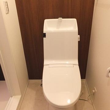 しっかりしたウォシュレットトイレです。上に収納棚も。