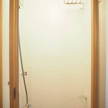 シャワールームもとても狭いです。