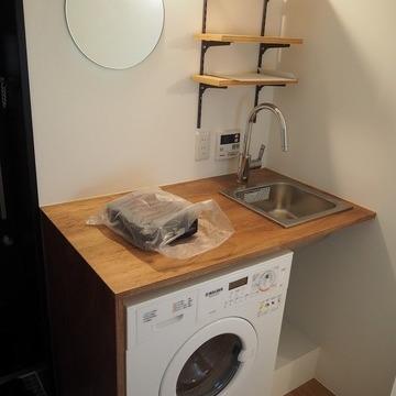 洗濯機がキッチン下にあります。