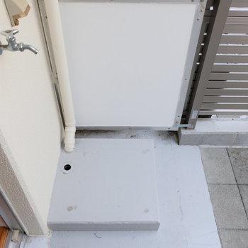洗濯機は外置きですが、洗濯機置場の上は天井あります!