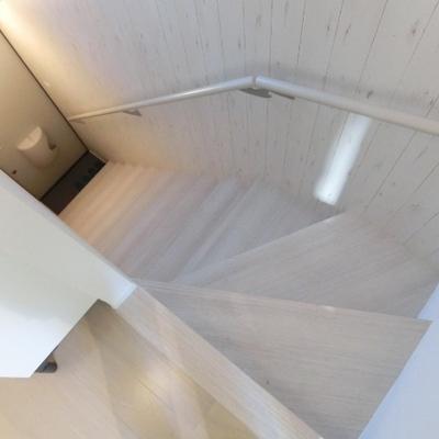 階段でお部屋へ。