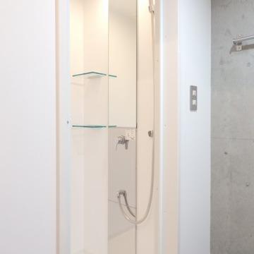 シャワールームです。まっしろ。