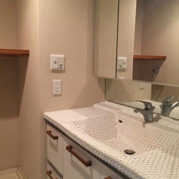 洗面台は可愛いタイルが貼られています