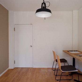 キッチン奥の洋室部分です。アクセントクロスが落ち着いた雰囲気。