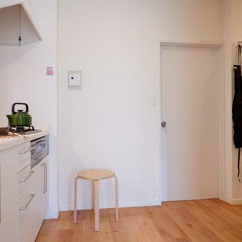 右奥の扉が洋室につながっています。