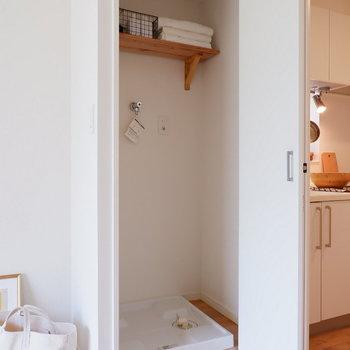 キッチン脇には扉付きの洗濯機置き場!