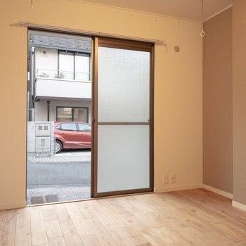 窓を開けるとすぐに公道があります・・・シャッターつきですので防犯はしっかり。