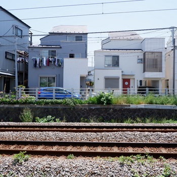 リビングの隣にはすぐ線路。