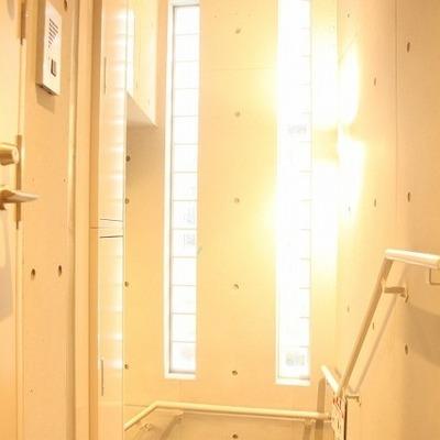 光りさしこむ玄関前スペース