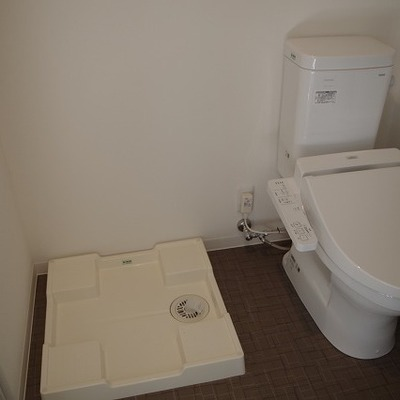 トイレの横に洗濯機置き場があります。