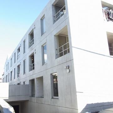 コンクリート造りの角ばったマンション