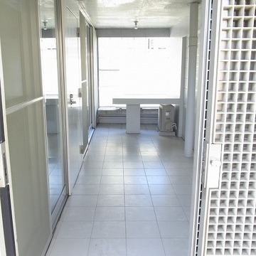 玄関側から専用バルコニーを見た写真。一番奥には、備え付けのベンチとテーブルもあります!