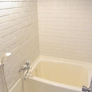 お風呂はコンパクト。上部と天井の間が少し隙間が開いています。