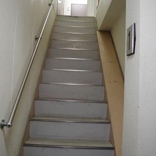 玄関を入るとこの階段をのぼります。