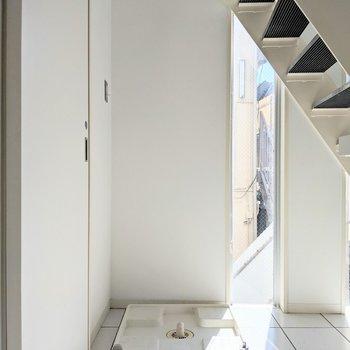 【下階】洗濯機置き場は階段下に