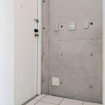 【下階】フラットな玄関です