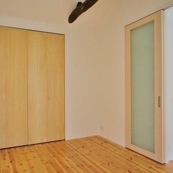玄関階段から最初のお部屋は寝室に