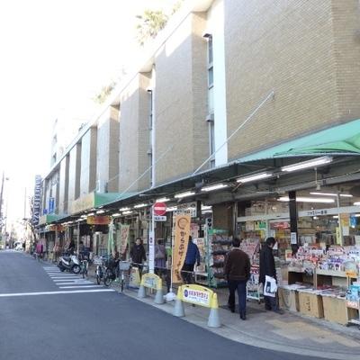 昔ながらのお店やスーパーも。
