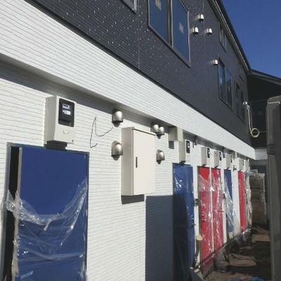 青・赤・青・赤・・・ドアが並びます。