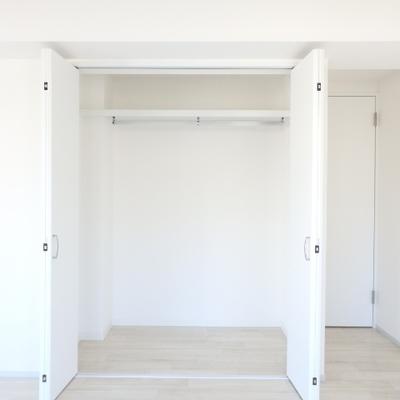 4つの窓があるお部屋の収納です。