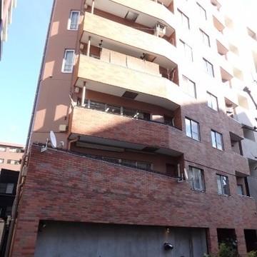 茶色いレンガの大きなマンション。