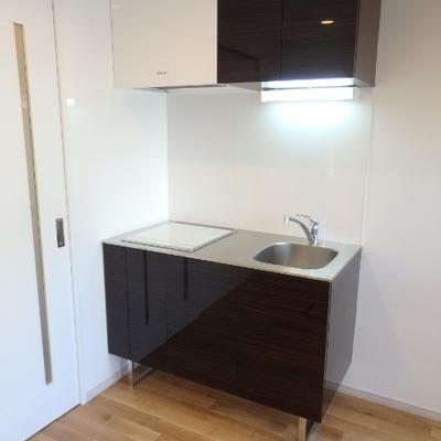 キッチンは小さめ、やはり給湯室としての仕様がベター。