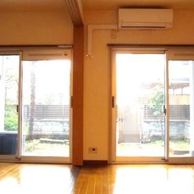 広い窓からは庭が見えます!