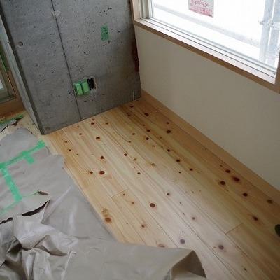 無垢の床です!画像は反転タイプです