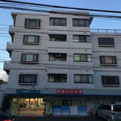 クリーニング屋さんが1階に入る通り沿いのマンション【写真は前回募集時のものです】