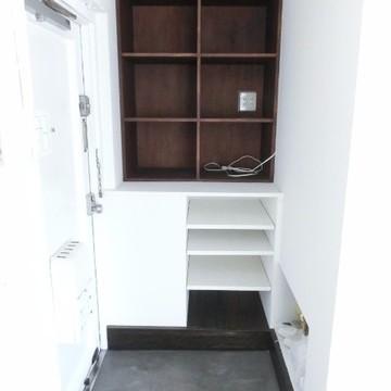 右下にも棚が収納があります。
