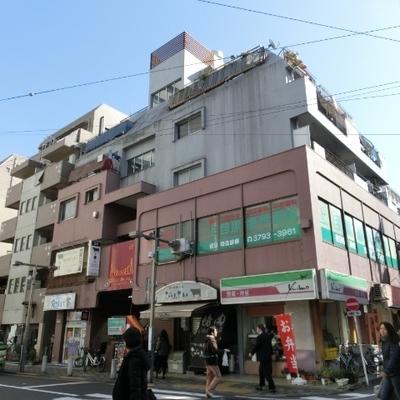 駅徒歩2分!1階には飲食店が入っています。