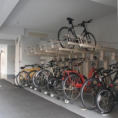 駐輪場は屋根つきです。