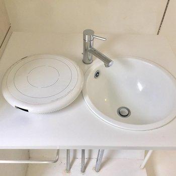 洗面兼キッチン。なんとポータブルIHコンロ付!