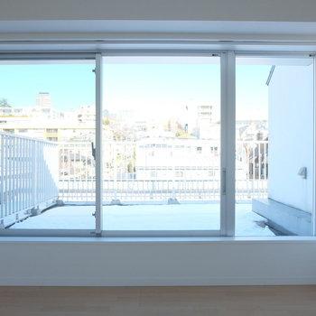 ルーバルをうまく使った大きな窓。植物でいっぱいにしたい!