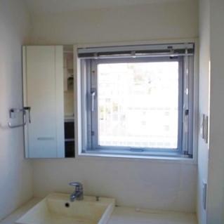 洗面台にも窓があります!