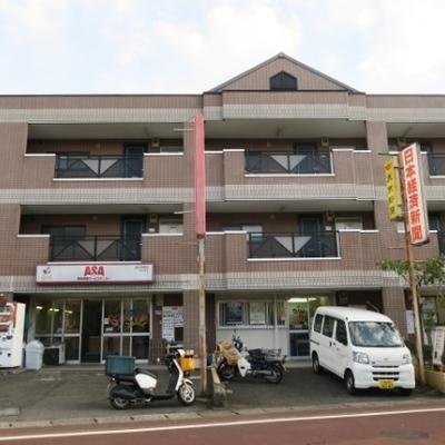 1階に新聞屋の入る3階建。