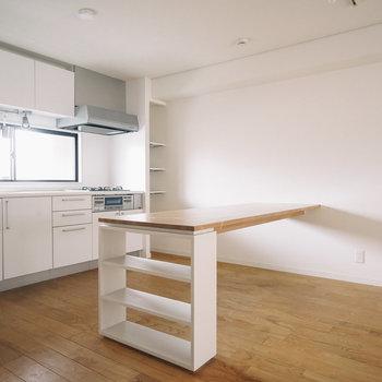 キッチンと並行したカウンターを造作!