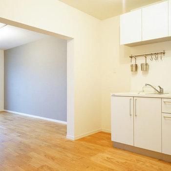 大きなキッチンと無垢のフローリング※写真は似た間取り前回募集時のものです
