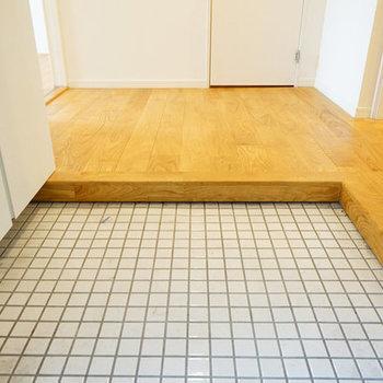 玄関は白タイルで明るく清潔に※写真は似た間取り前回募集時のものです