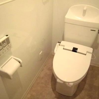 シャワー機能付きトイレです