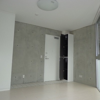 右奥の扉が玄関です。