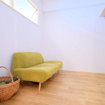 土間横のお部屋。書斎にしたら落ち着きそう〜。寝室にしてこじんまりとゆっくり寝るのもいいですね。※写真は前回募集時のもの
