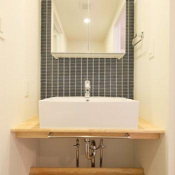 TOMOSの洗面台には珍しい紺色のタイルと収納付き鏡!!※写真は前回募集時のもの