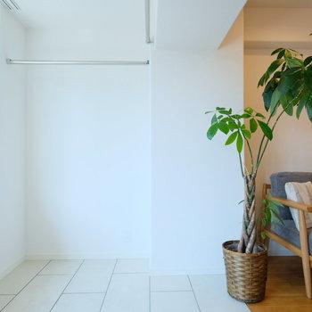 サンルームにはハンガーパイプが!収納に使えるだけでなく、カーテンを付けてゆるく空間を仕切ることもできちゃいます!※写真は前回募集時のもの