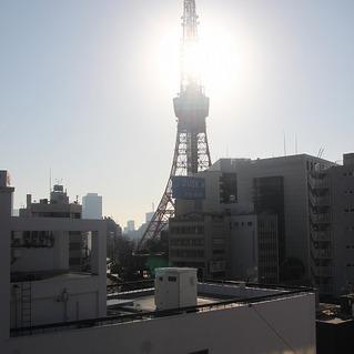 間近に望む東京タワー