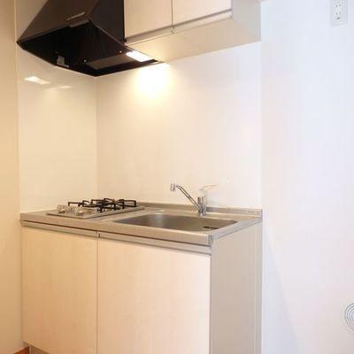 ガスコンロ2口、シンプルなキッチン。