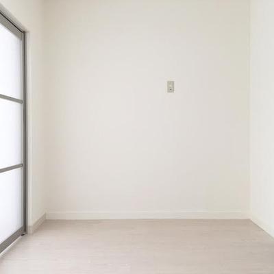 半透明の仕切りで明るい室内